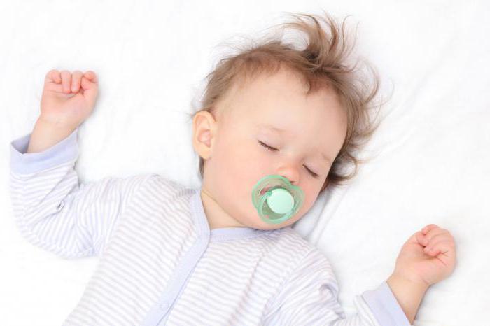 Малыш потеет во сне: нормально ли это?