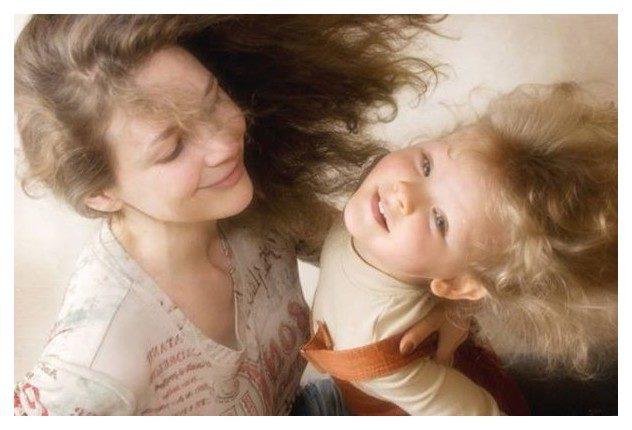Держать чужого ребенка на руках