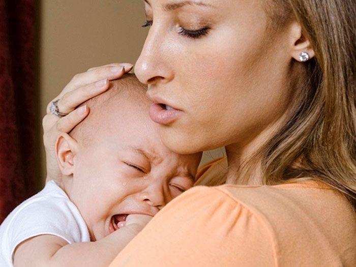 Малыш не успокаивается даже на руках у мамы