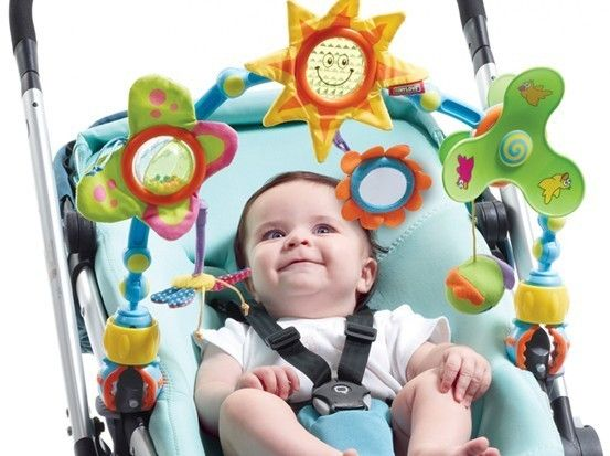 Подвеска с яркими игрушками в коляску