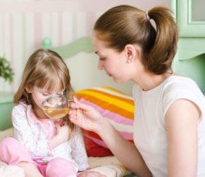 Ребенок пьет ромашковый чай перед сном