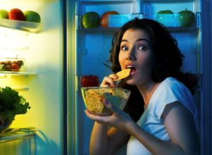 Переедание и поздние приемы пищи очень плохо сказываются на сне