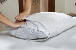 Необходимо постоянно просушивать подушку и менять наволочку
