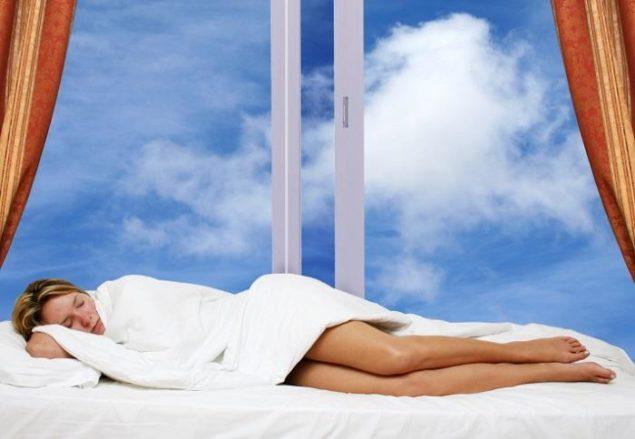 Спать нужно с приоткрытым окном либо регулярно проветривать спальное помещение