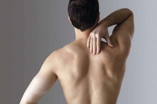Разбираемся в причинах боли в спине между лопатками после сна