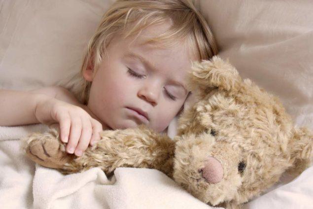 Холодный пот у малыша во время сна: разбираемся в причинах