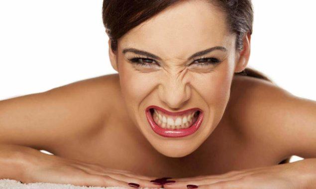 Ночной зубовный скрежет: как избавиться?