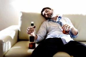 Добавление снотворного в алкоголь пьянице