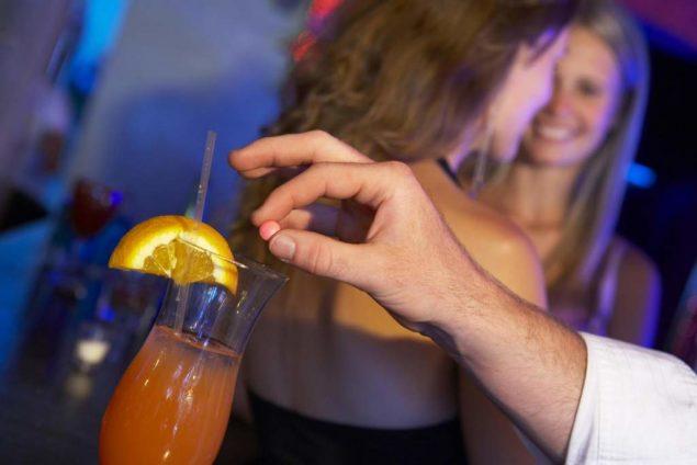 Добавление снотворного в напитки злоумышленниками
