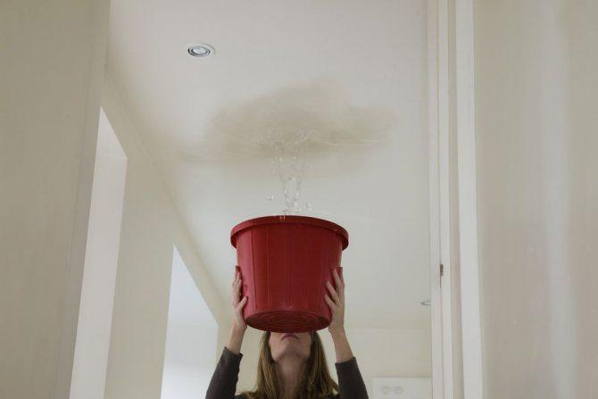 Пришла на работу а с потолка льется вода