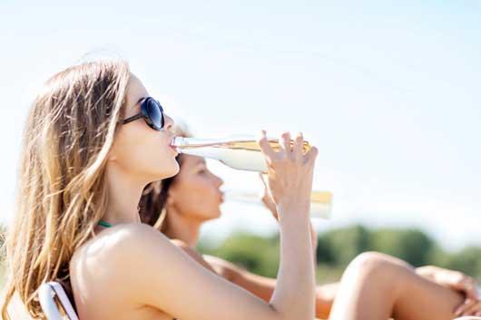Переливать в бутылку водку