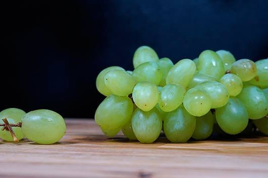 Виноград черный есть