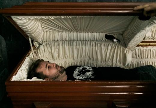 Покойник лежит в гробу и ожил