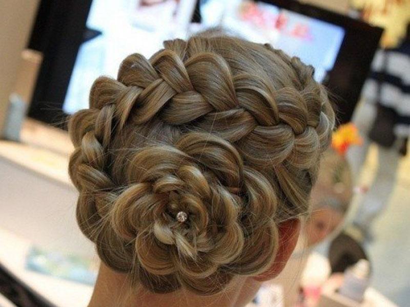 Заплетенная белая коса на голове женщине