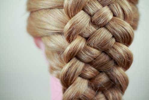 Плетут косу тебе
