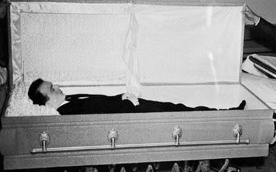Покойник в могиле живой