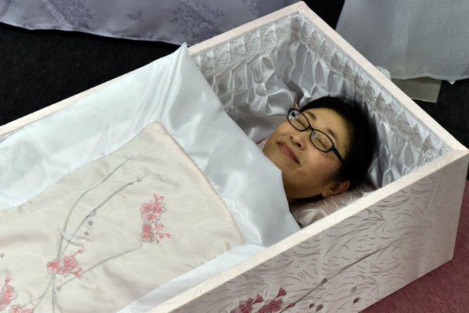 Видеть себя в гробу мёртвым или живым — к чему это снится