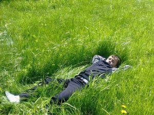 Косить траву газонокосилкой