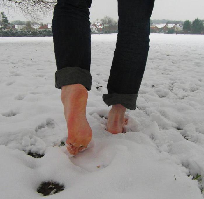 Бегать раздетой по снегу
