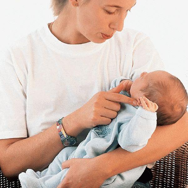 Держать больного ребенка на руках