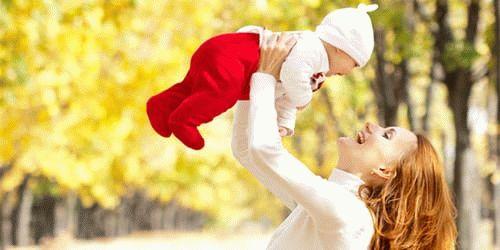 Маленький ребенок держать на руках