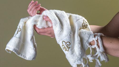 Выбирать в магазине банное полотенце