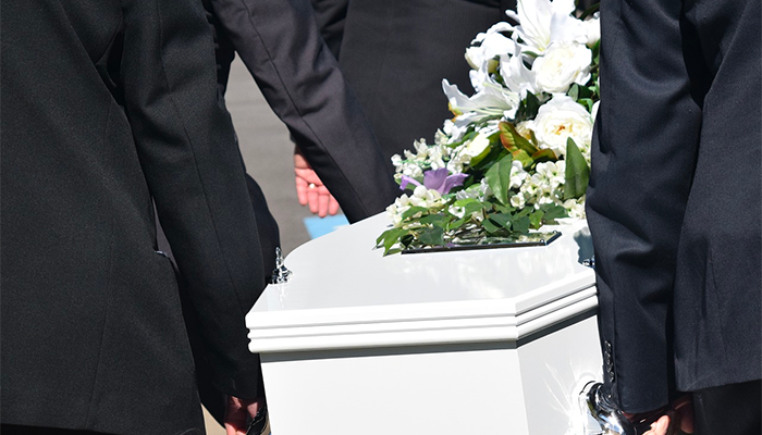 Покойник ожил в гробу и тянет к себе