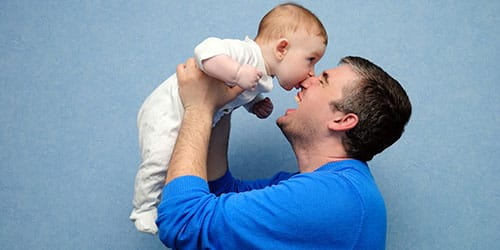 Держать ребенка за руку